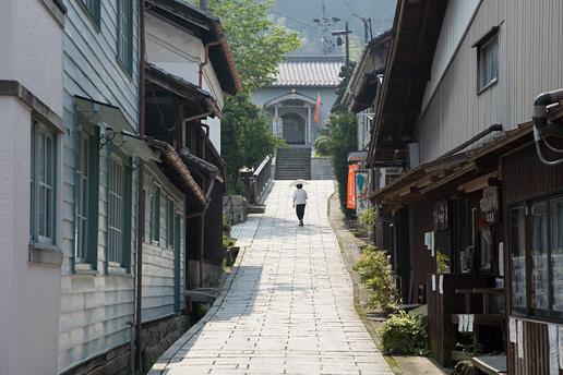 1 村役場周辺以外は、いつの時代と特定できない古い町並みの中に、大正時代を... 大正村